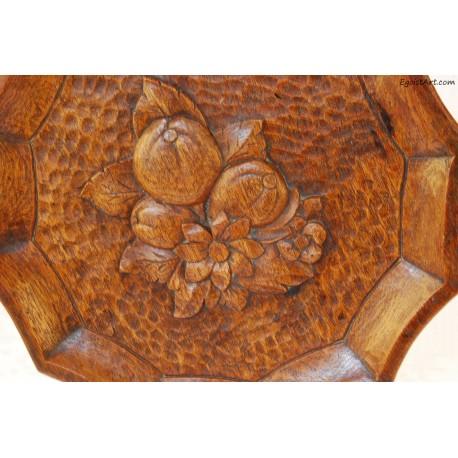 Drewniany talerz z motywem roślinnym