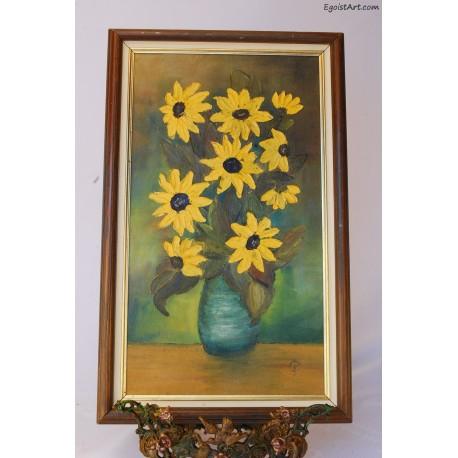 Żółte kwiaty w zielonym wazonie