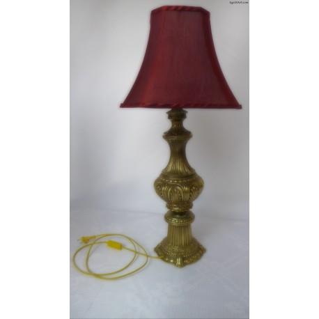 Mosiężna lampa z czerwonym abażurem