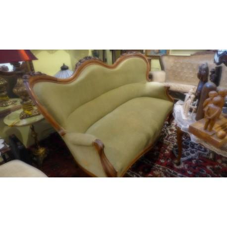 Zielona sofa w stylu ludwikowskim