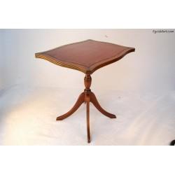 Drewniany stolik obity skórą