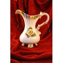 Kwiecisty wazon w kształcie dzbana