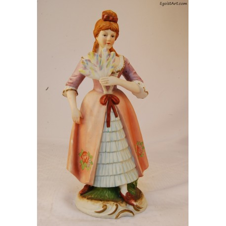 Dama w sukni w kolorze łososiowym