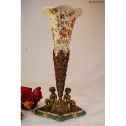 Ceramiczny wazon w mosiężnej podstawie