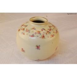 Pękaty wazon zdobiony drobnymi kwiatkami