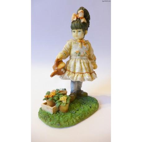 Dziewczynka podlewająca kwiaty