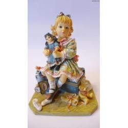 Dziewczynka siedząca na skrzyni z zabawkami