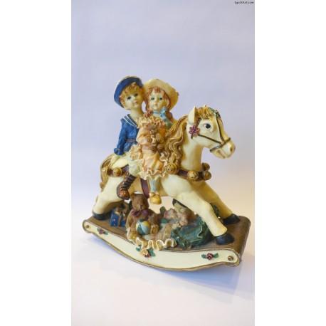 Dziewczynka z chłopcem na bujanym koniu -pozytywka
