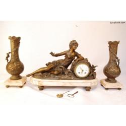 Zegar kominkowy z postacią kobiety z turkawkami