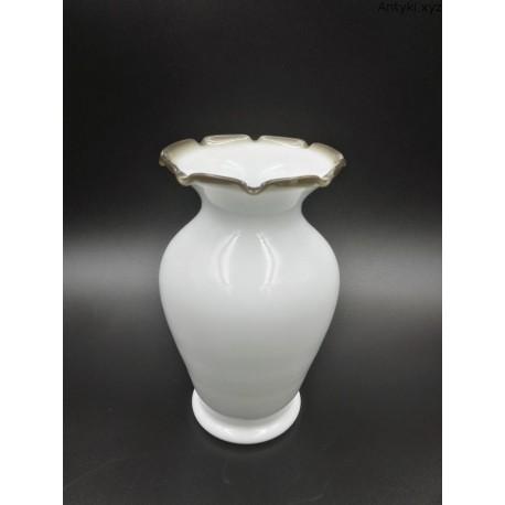 Biały smukły wazonik lattimo szkło mleczne