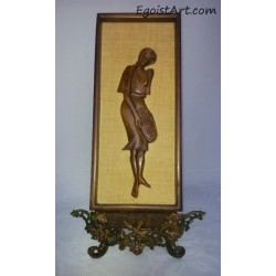 Postać kobiety w drewnianej ramie