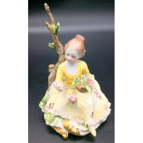 Capodimonte figurka dziewczyny w żółtej sukni