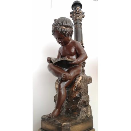 Lampa z figurą czytającego chłopca