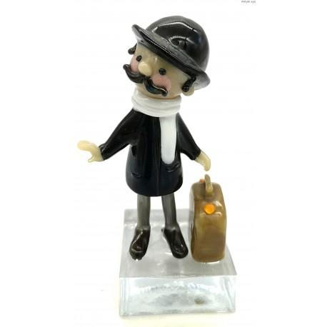 Mężczyzna z walizką szklana figurka