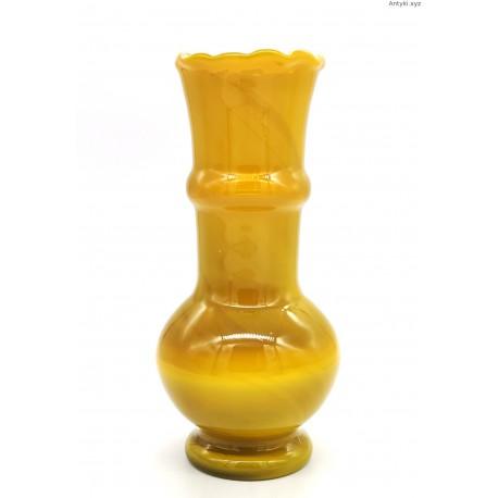 Stary wazon w kolorze mlecznego bursztynu