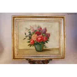 Bzy i róże w zielonym wazonie